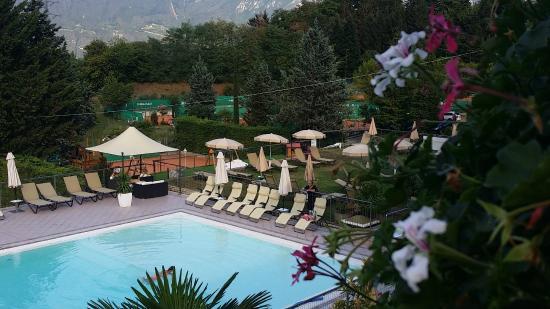 Residence delle Rose: zwembad met tennisbanen