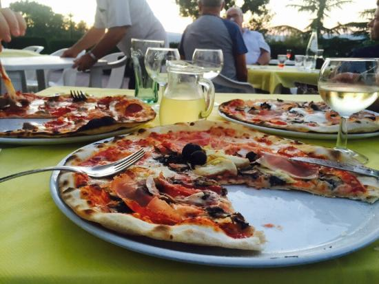 Calzolaro, İtalya: Holiday last night pizza