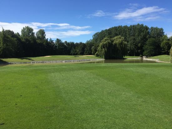 Oostburg, The Netherlands: Great approach to another exceptional green, loads of water!