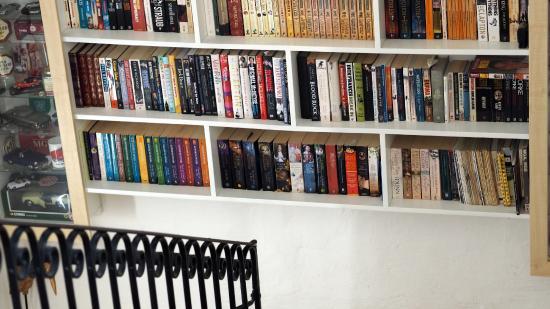Anna Karistu Accommodation: bookshelf