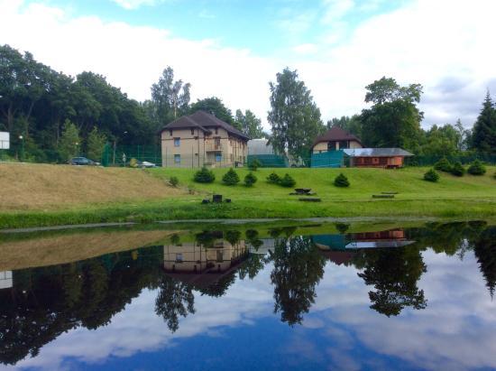 Pargolovo, Russland: Вид с озера на отель