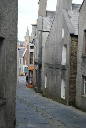 Orca Hotel: The main street of Stromness is shared by pedestrians and cars