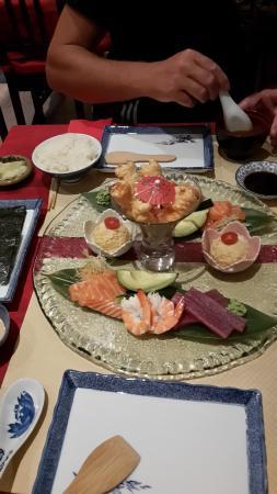 Yokoso : Une décoration toute simple. Un apéritif servi avec spécialités japonaises.  Un repas super frai