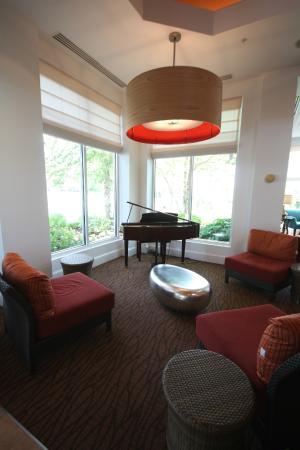 Hilton Garden Inn Hamilton: Public Sitting Area