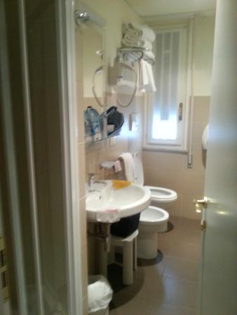 Onwijs smalle badkamer en kleine douche - Picture of Hotel Residence EG-78