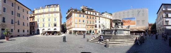 Villa della Fonte: La Plaza Santa Maria frente al hotel