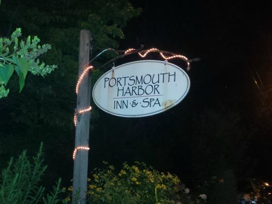 Portsmouth Harbor Inn and Spa: Inn Welcome Sign at Night