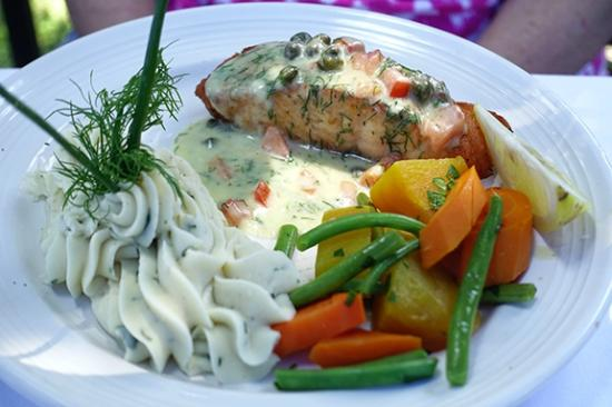 L'Hirondelle Restaurant: Salmon entree