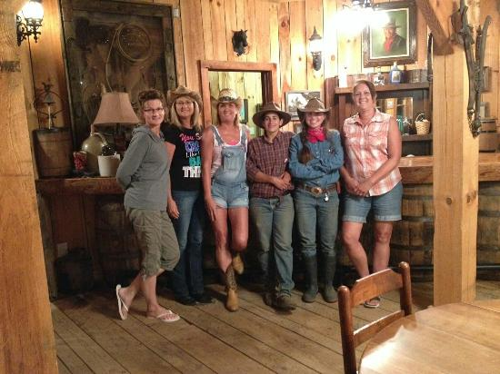 Del Rio, TN: Last night at the dude ranch, the 2 young ladies in the jeans we're the wranglers on the ranch.