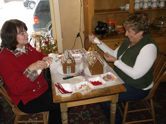 Inn at Cedar Crossing: Gingerbread House Decorating Class