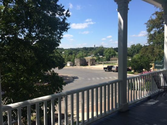 Ye Kendall Inn: Front porch view!