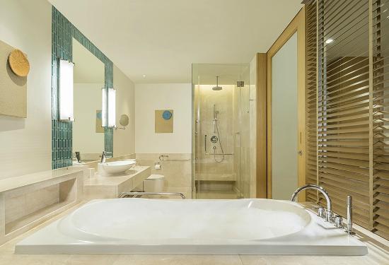 Renaissance Phuket Resort & Spa: Deluxe Bathroom