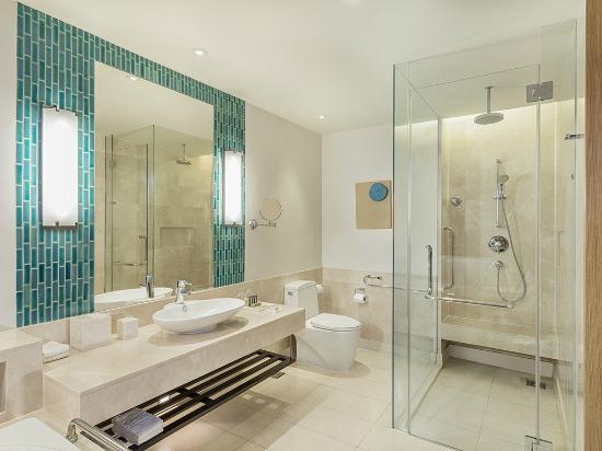 Renaissance Phuket Resort & Spa: Bathroom in Deluxe