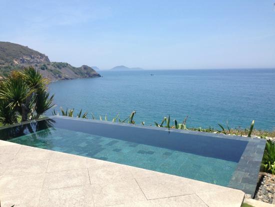 Mia Resort Nha Trang: Cliff top Villa pool.