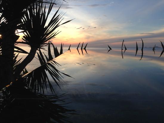Mia Resort Nha Trang: Sunrise over the pool.
