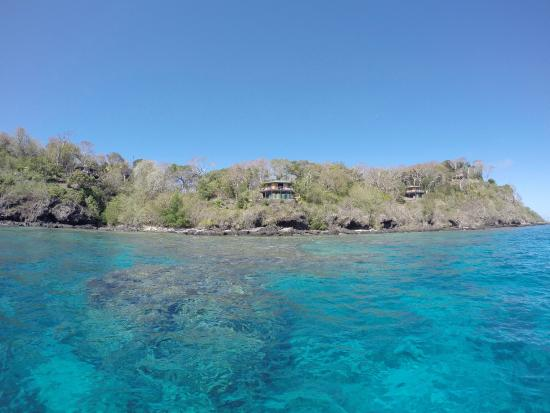 Namena Island Dive Resort: view of bures from the boat