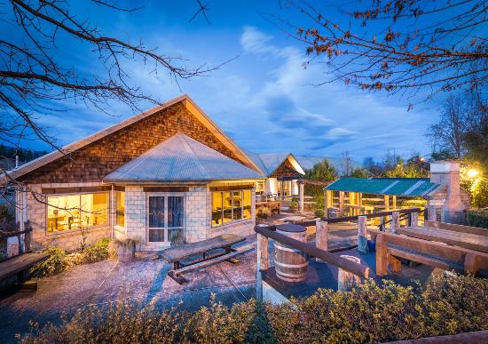 Hot Springs Motor Lodge: Evening Outdoor bar
