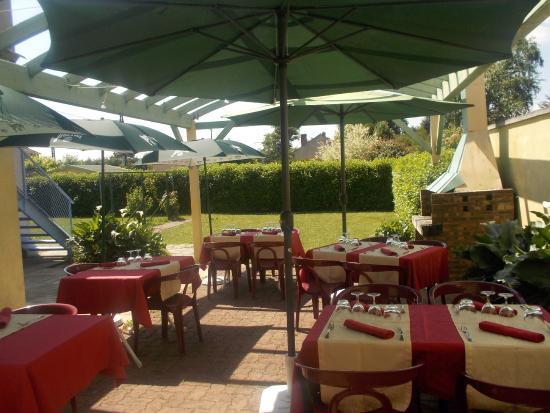 Dange-Saint-Romain, Francia: service en terrasse