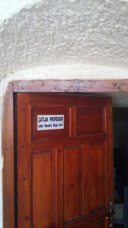 Dora Cave Hotel: The door of the female dorm