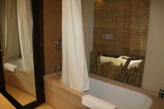 Vasca Da Bagno Per Hotel : Vasca da bagno con vetrata comunicante sulla camera foto di