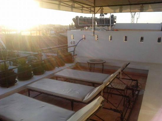 Ryad Laarouss: Espreguiçadeiras no terraço