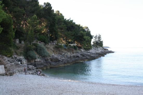 Hotel Pula: Пляж рано утром, солнце еще не вышло из-за гор