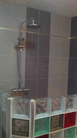 salle de bain douche pluie picture of hotel petit bateau conakry tripadvisor. Black Bedroom Furniture Sets. Home Design Ideas