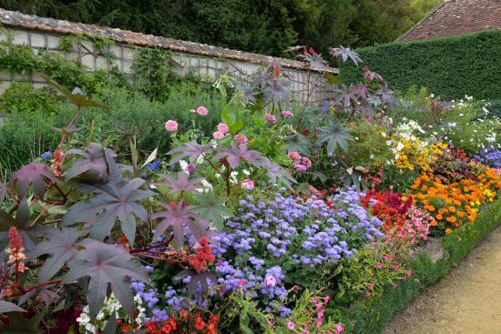 Allée fleurie dans le jardin de fleurs du château de Bouges (36 ...