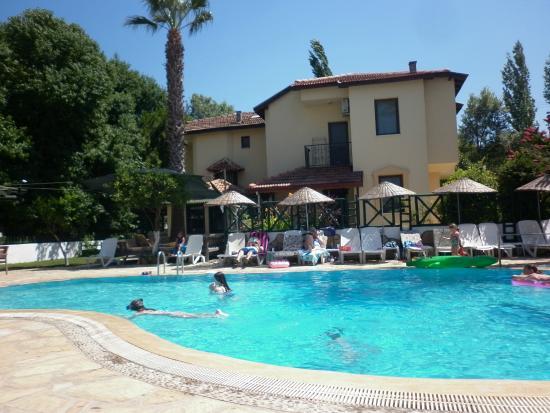 Beyaz Villas: Pool side