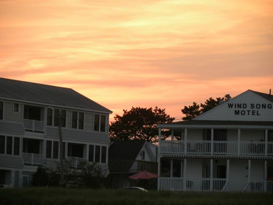 Friendship Oceanfront Suites: Sun setting