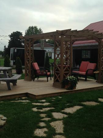 Manitowaning, Canadá: Lovely outdoor seating area - My Friends Inn