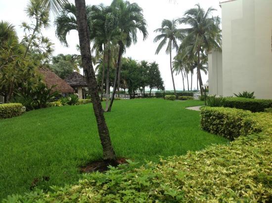 Golden Strand Ocean Villa Resort: Garden Area