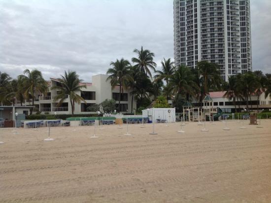 Golden Strand Ocean Villa Resort: Beach looking back at Golden Strand
