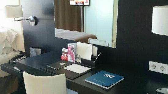 Hotel Porta Fira: skrivbord och spegel