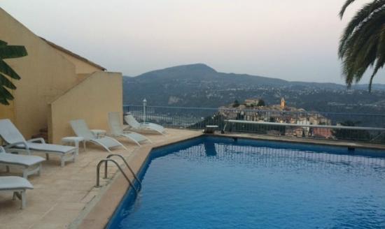 Escale d'Azur : Piscina a disposizione degli ospiti con vista sul borgo
