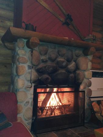 Cathedral Mountain Lodge: It was romantic to sit by the fire!