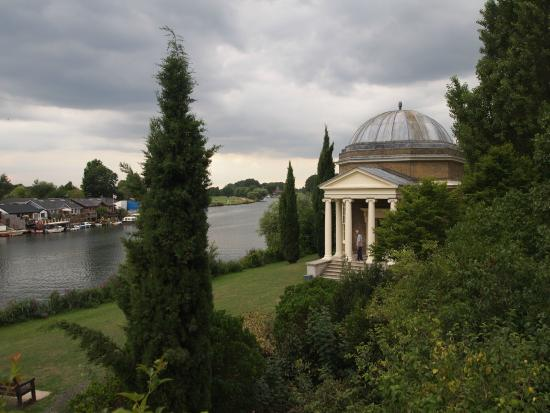 Hampton, UK: Garrick's Temple to Shakespeare and the River Thames