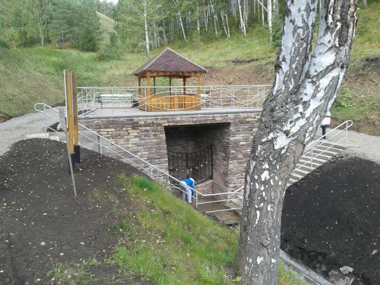 Republic of Bashkortostan, Rusia: Цинковый источник рядом с туристическим комплексом (вода не питьевая!)