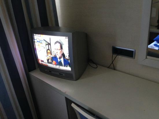 Hotel Puerta de Alcala: Old tv set , only spanish channels ((