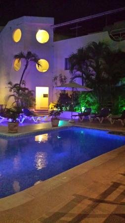 Hotel Don Andres: pool sight at night