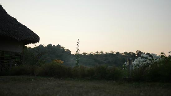 La Casa Flops : Casaflops au premier plan a la tombée du jour
