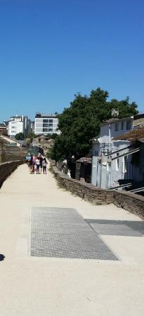 The Roman Walls of Lugo: Muralla de Lugo. Adarve.