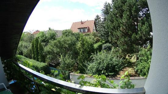 A. V. Pension Praha: вид на тихий домашний район