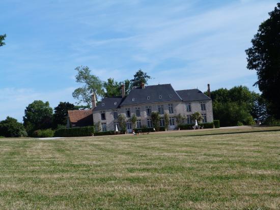 Chateau de Sarceaux : View from the driveway