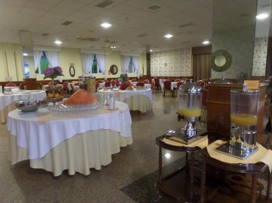 Casona El Carmen Hotel: Spacious room for varied buffet breakfast