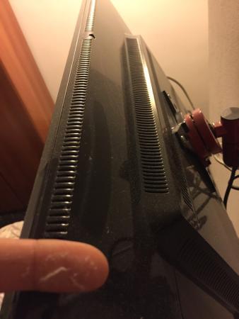 Hotel Scandinavia: Camera sporca, TV non funzionante, tettoia in amianto, lenzuola non cambiate per 5 giorni di fil