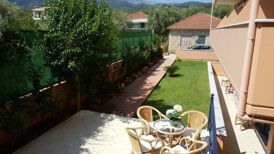 Hotel Florena Episkopos: Zona relax con prato Inglese