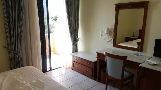 Hotel Florena Episkopos: Panoramica della camera con terrazzino esterno
