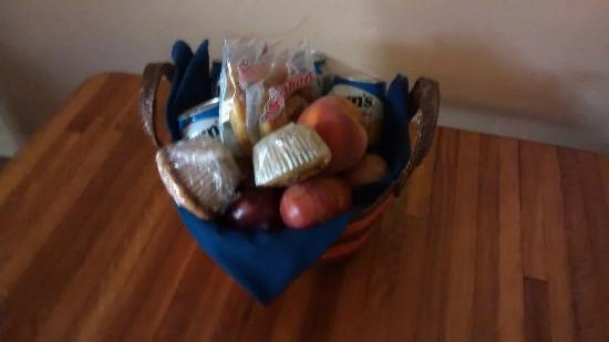 Buckeye Tree Lodge: The provided basket (sorry for my shaky hands)