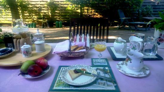 The Cottage B&B : La colazione dei campioni in giardino